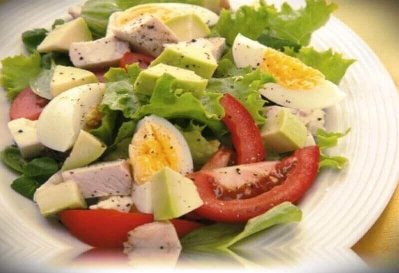 ensalada de aguacate y huevo