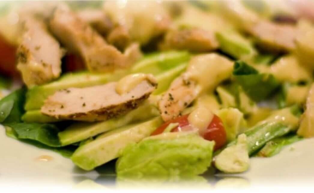 ensalada de aguacate con pollo