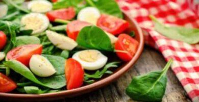 ensalada de espinacas y tomate